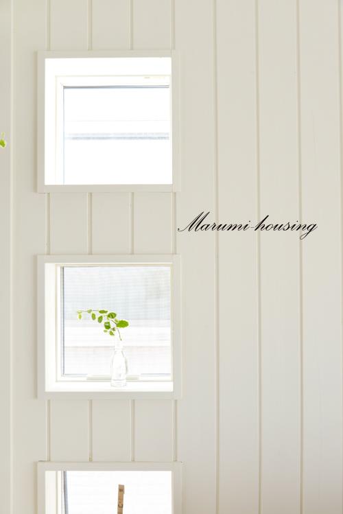 白い板壁とちいさな窓。