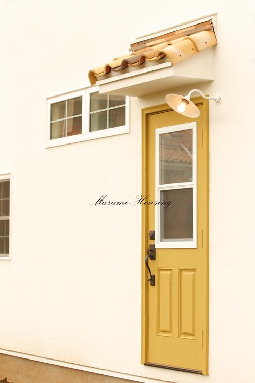 からし色のドア。