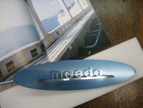 サーフボードに乗ったネームプレート