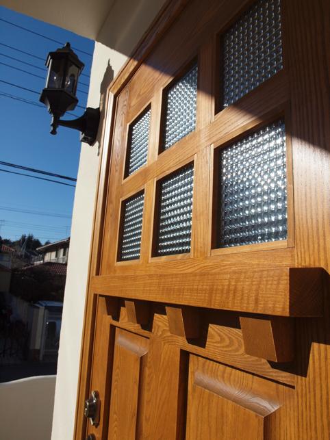 木製玄関ドア。