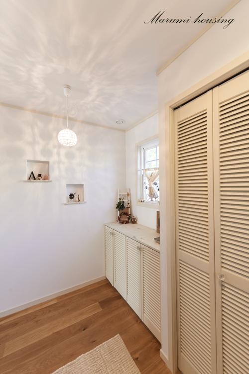 白い玄関。